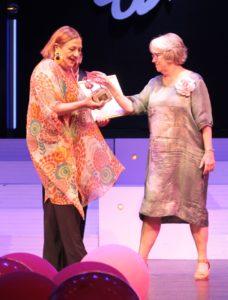 Ulla Jessen får både bronzebelagte sandaler og en check fra ægteparret Maibom.