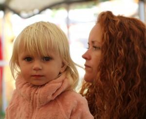 Mor og barn følger med i livet i Hesteskoen.