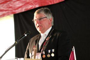 Formand Jes Andersen takker en tidligere formand og udnævner ham til Æresmedlem.