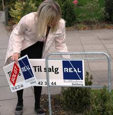 Dorte Seeberg stor rutine i at sætte SOLGT-skiltet op.