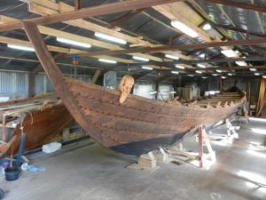 Den splinternye, historiske Nydamsbåden, der er lavet af frivillige