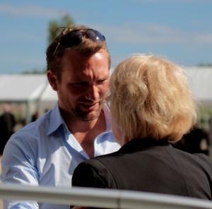 Christoffer Brodersen fortæller borgmester Aase Nyegaard om tiden i Fredericia.