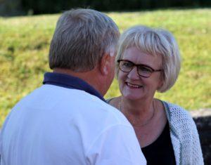 Svend Aage Kjær forklarer Aase Nyegaard, at hun skal holde fast, når han skal ligge forrest i feltet.