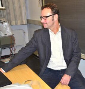 Helge Larsen tager tilløb til sundhedshus.