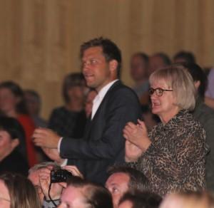 På 12. række dansede, klappede og sang Stephan Kleinschmidt og Aase Nyegaard.