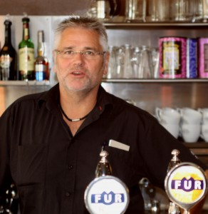 Tommy Hansen på Café Figo byder på forfatter-foredrag.