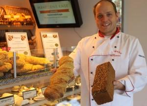 En stolt Alex Gustavsson med sine to Guld-brød.