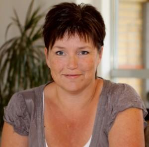 Helle Poulsen fortæller vidt og bredt, hvad det gule tørklæde betyder.