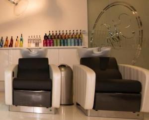 Du vil uden tvivl nyde at sidde i massagestolen, mens håret vaskes og hovedbunden masseres.