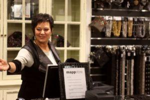 Marion Lippert siger tak til Mapp Stores første kunde.