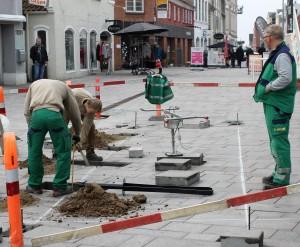 To mand graver, mens en holder øje med, at de gør det ordentligt.