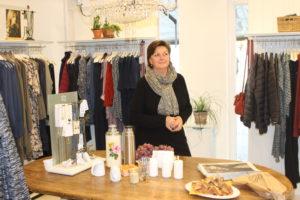 Helle Blindbæk fik besøg af morgenfriske tøjkøbere.