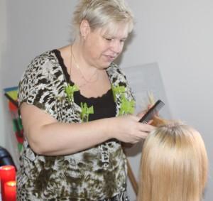 Kvinden er i hænderne på en rigtig frisør for første gang i fire år.