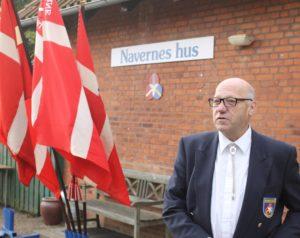 Naverformand Børge Dantoft ridsede priserne på øl op, inden snoren blev klippet.