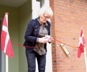 Efter snoreklippet tilbydes Aase Nyegaard medlemskab hos Naverne. Borgmesteren har nemlig arbejdet i udlandet i mere end et år - og det er adgangsbilletten til det festlige selskab.
