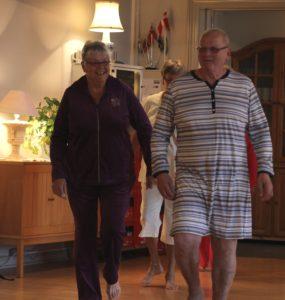 Herren til højre viser en natkjole frem.