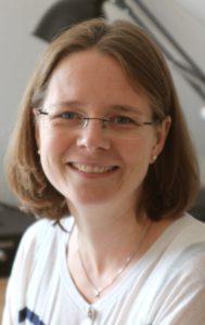 Anne Münster giver zoneterapi til de to heldige vindere.