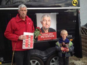 Svend Erik Petersen får god hjælp af sit barnebarn i valgkampen.