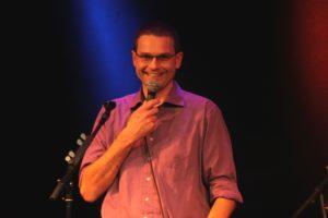 Poul Andersen byder velkommen og husker os på, vi kan læse om næste weekends stand-up show på mif.dk