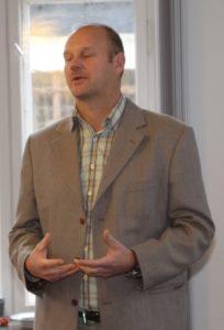 Jens Tomsen fortæller kandidaterne om sit Misbrugscentrets arbejde.