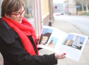 Karen Damm bladrer i den splinternye bog med borgernes billeder fra Sønderborg.
