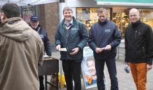 Peter Hansen er i Perlehumør, mens han deler valgflæsk ud i Perlegade.