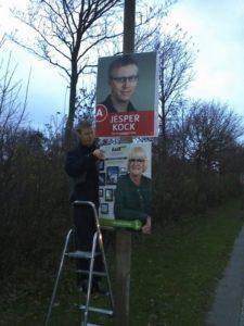 Jesper Kock hjælper Aase Nyegaard på plads.