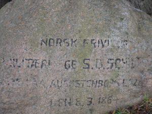 62 år efter døden indtraf, blev der sat en minesten.