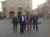 Flertalsgruppens hovedpersoner kom ud fra Rådhuset for at få taget et billede.