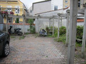 Her er den fælles oase, der misbruges til privat parkering. Skal den privatiseres?