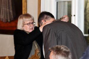 Man behøves ikke have kæden på hver dag, oplyser Aase Nyegaard, da hun giver den til den nye borgmester.
