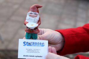 Her ser du nissen, der skal findes - og den står sammen med et visitkort fra Sønderborg Nyt.