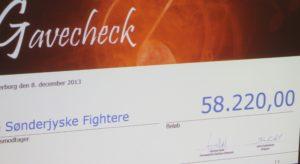 Her er den check, der blev givet videre til de kræftramte familier.