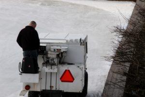 Maskinen gør isden ren og glat. Herligt for de øvede og udfordrende for de, der ikke er.