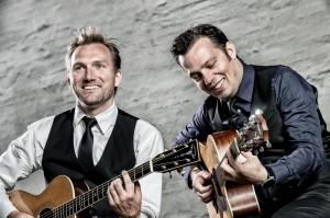 Mark og Christoffer er klar til at synge julen ind.