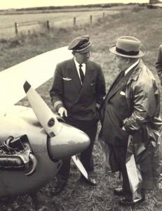 Her ses pilot Ingolf Nielsen og direktør Thorsen, Danfoss, på et billede fra 1959.