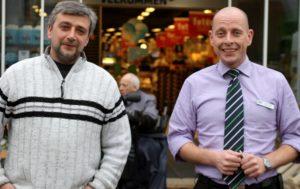 Selvom de mangler nissetøjet, så er både Kenan Hansen og Jacob Neubert i julehumør.