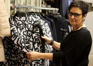 Marion Lippert klargør det nye tøj, der skal på hylderne.
