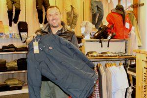 Peter Uwe Hansen er klar med vintertøj til dem, der synes, det er koldt.