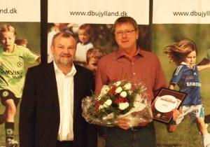 Jan Wind, Nord-Als Boldklub, th., modtog DBU Jyllands Ungdomslederlegat 2014. Prisen blev overrakt af Bent Clausen, formand for DBU Jylland. Foto: Trine Gylling Jørgensen
