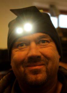 Peter Uwe Hansen med lysende hue - og batterierne rækker til 40-50 timer.
