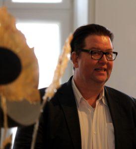 Gallerist Kim Nørballe taler varmt for den nye udstilling.