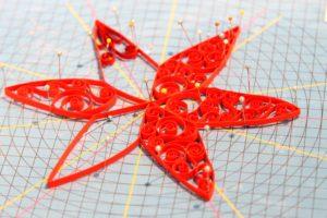 Når papirstrimler rulles sammen og danner flotte mønstre, hedder det quilling.