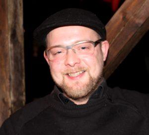 Steven Redd Andersson er glad for, han kan lave festmad, der er til at betale.
