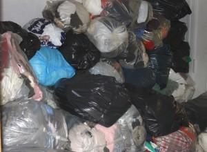 Omkring 1 ton tøj går hver uge gennem hænderne på frivillige i Røde Kors på Løngang.