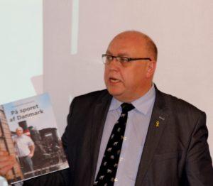 Kristian Pihl Lorentzen med sin bog, der handler om tog.