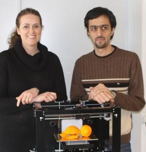 Grace Nelie Macura og Behnem Chaboki med en fiks og færdig 3D-printer.
