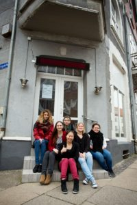 CityLAB - unge + Lykke Farre på trappe - højkant PSF_9713-Press Patricio Soto