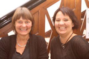Inger Plauborg og Charlotte Riis Engelbrecht viser, at blåt og rødt er i skøn harmoni.