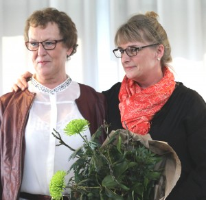 Prisvinder Ruth Holm og kunstmaler Inge Olsen.